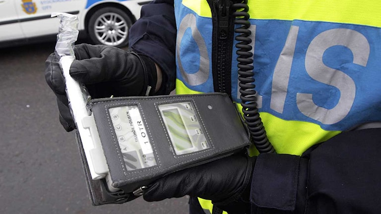 En polis gör en nykterhetskontroll. Arkivfoto: Gunnar Lundmark/Scanpix.