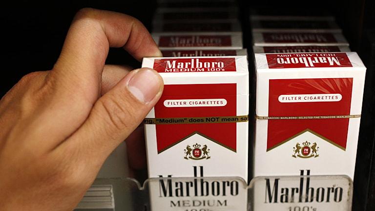 Cigarettpaket i butik. Paul Sakuma/Scanpix.