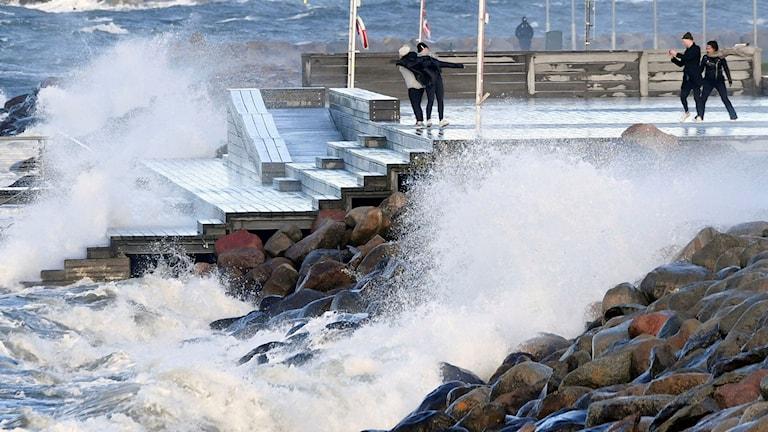 Stormen Ingolf skapade högvatten och vågor i Malmö på söndagen.