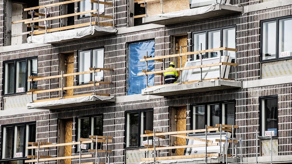 byggställning mot lägenhetshus
