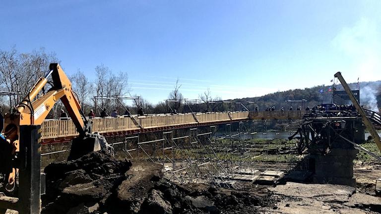 Vägarbete i Stanitsa Luhansk där tusentals ukrainare passerar varje dag över det som skulle vara en vapenstilleståndslinje.