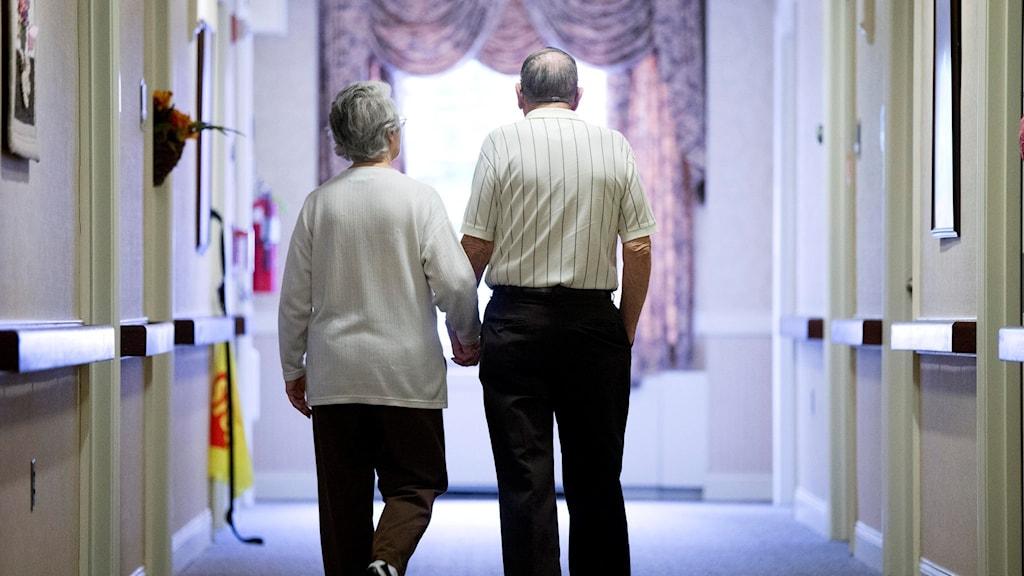 Äldre par på demensboende i USA.