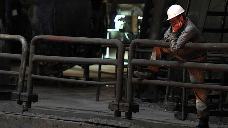 En stålarbetare på Hüttenwerke Krupp Mannesmann i Duisburg i Tyskland.