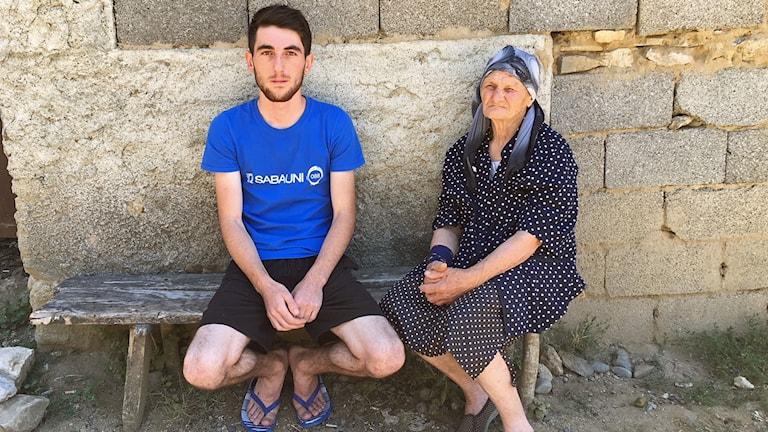 Nika Tjedlidze med gammelmormor Maro i byn Koda.