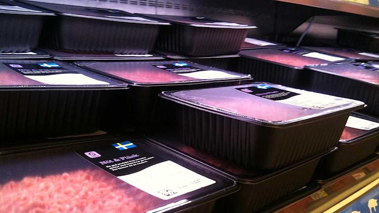 Förpackningar med köttfärs i kyldisken i en matbutik. Foto: Jimmy Karlsson/Sveriges Radio.