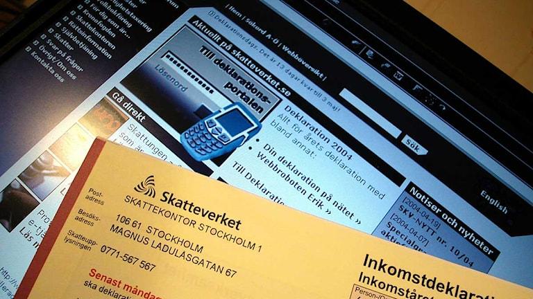 Deklarationsblankett visas framför dator där man kan deklarera via internet. Foto:Hasse Holmberg/Scanpix.