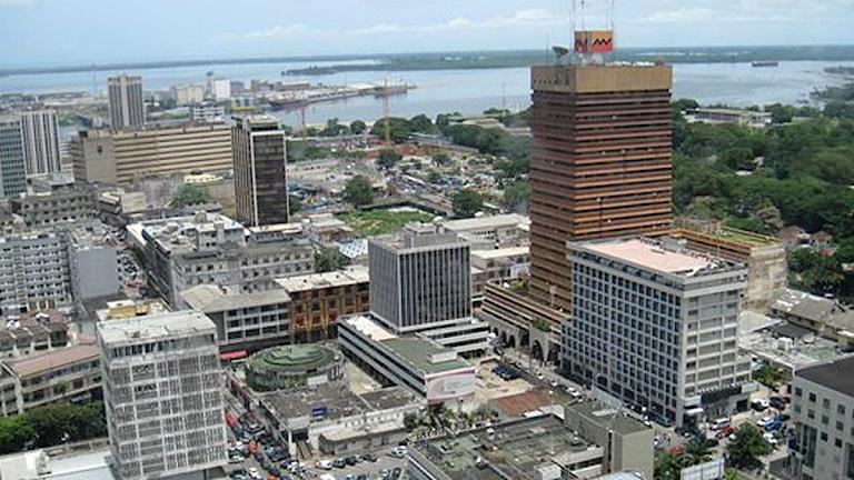 I Elfenbenskustens största stad Abidjan hörs striderna i det sista Gbagbo-fästet. Foto: Maria Sjöqvist/Sveriges Radio.