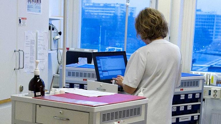 Vårdpersonal på en vårdavdelning på Danderyds sjukhus. Foto: Bertil Ericson/TT