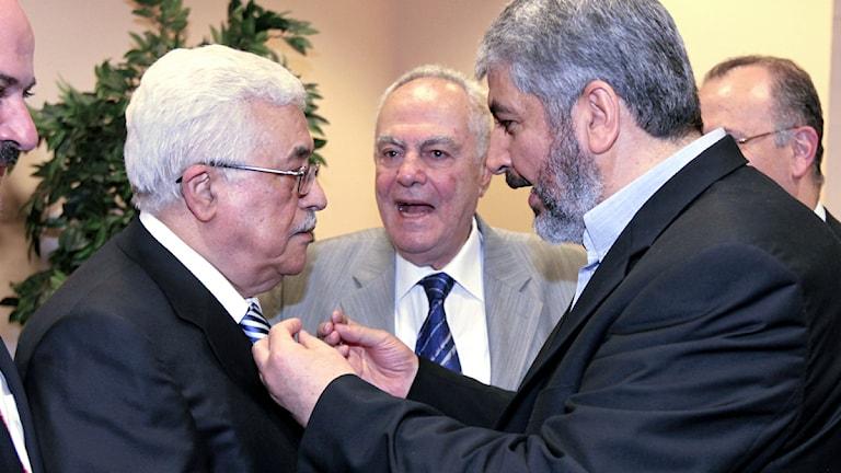 Den palestinske presidenten, Fatahledaren Mahmoud Abbas skakar hand med Hamas ledare Khaled Meshaal. Foto: Scanpix.