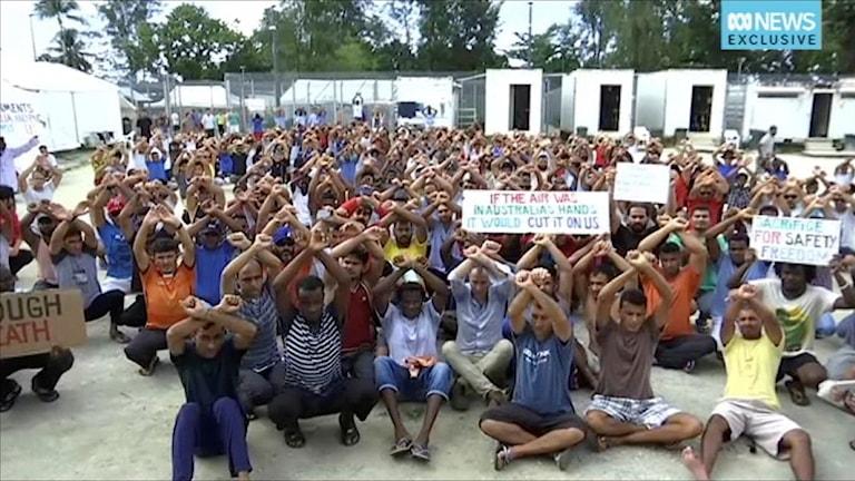 Asylsökande protesterar på ön Manus.