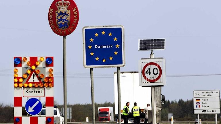Skyltar vid en dansk gränskontroll. Arkivfoto: Finn Frandsen/Scanpix.