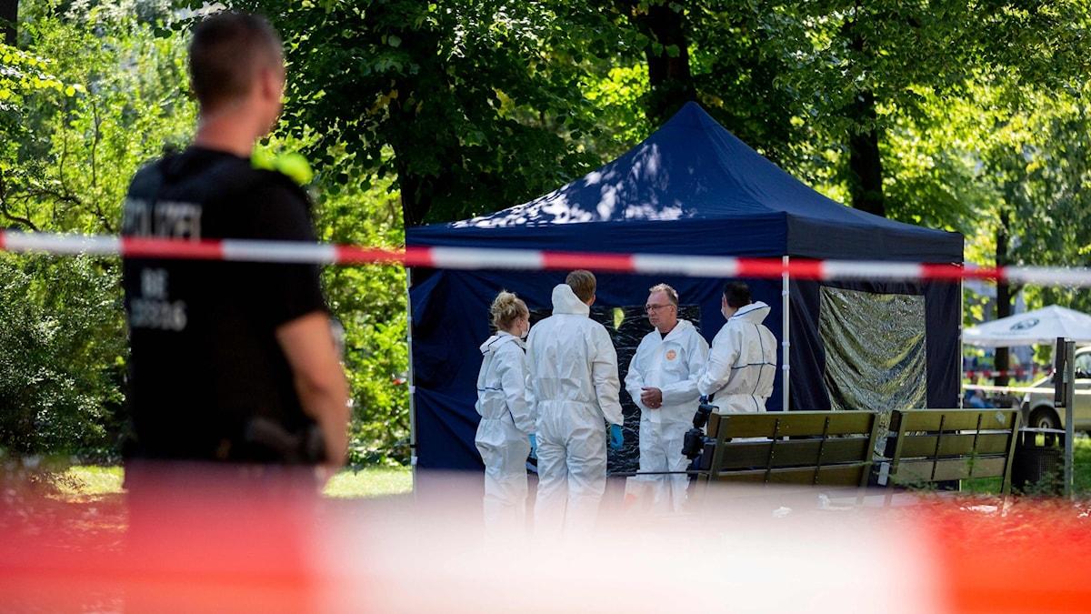 Forensiska tekniker jobbar vid platsen där en man sköts till döds i Berlin 23 augusti.
