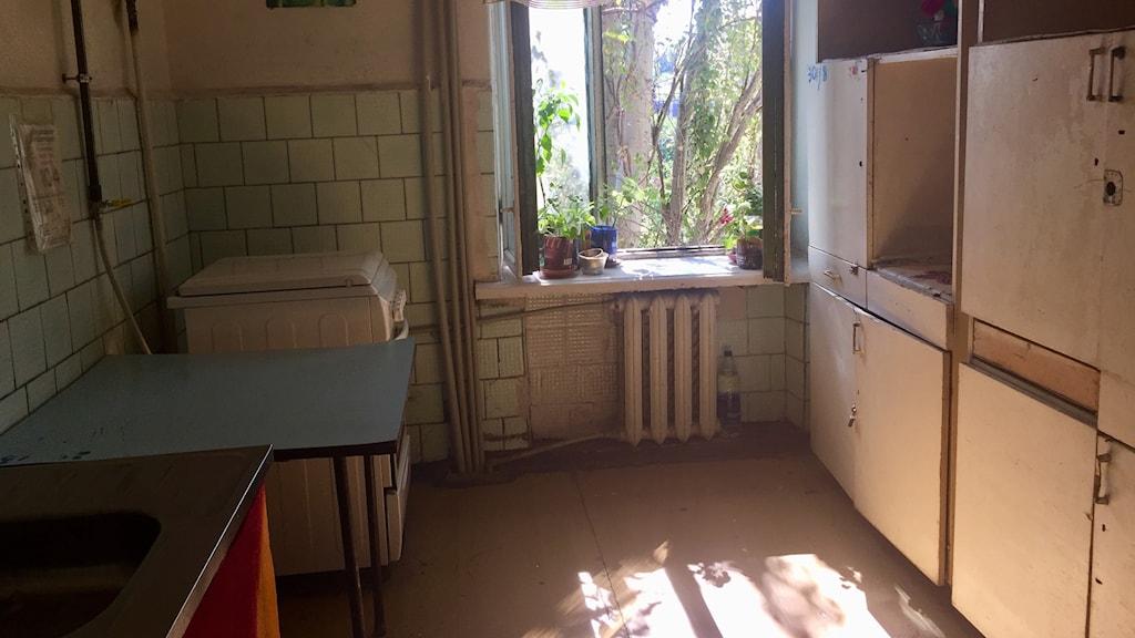 Valerij Andreevich bor i ett rum med sin fru och ett barnbarn. Toalett, dusch och kök delar de med sex andra familjer.