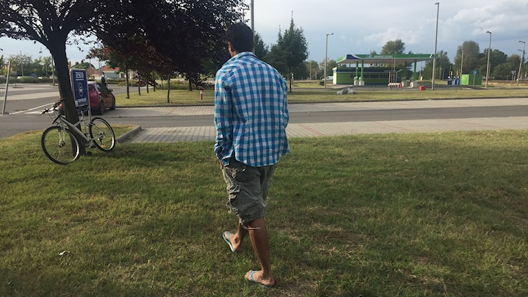 Fyrabarnspappan Husein berättar för Ekot hur han sattes i handbojor när han skulle följa med sin gravida fru till sjukhuset, utanför transitzonen.