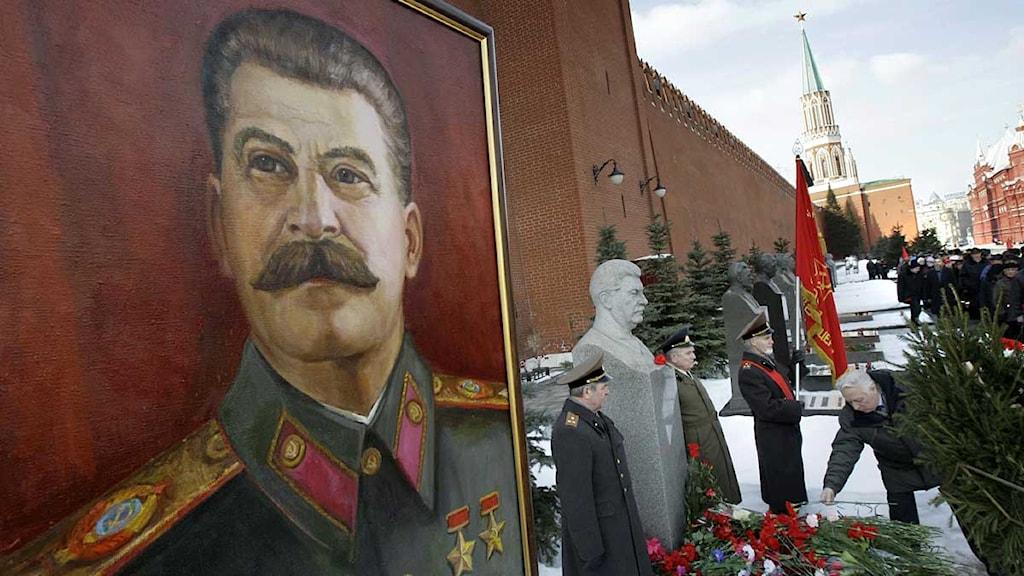 Ryska kommunister lägger blommor på Stalins grav på årsdagen av hans död. Foto: Misha Japaridze/Scanpix.