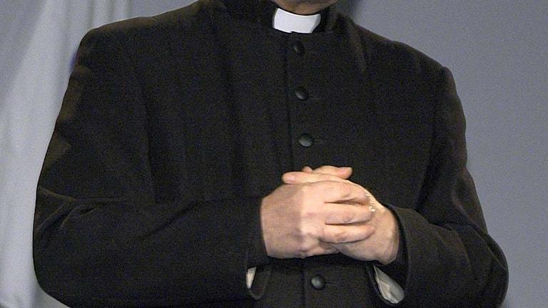 Präst som knäpper händerna. Foto: Claudio Bresciani/Scanpix.