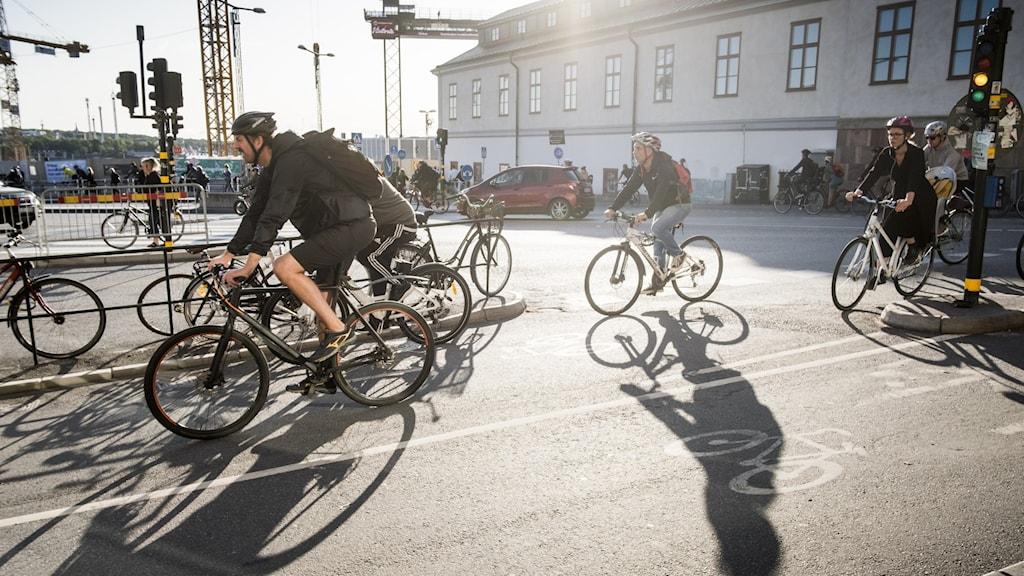 Cyklister vid Slussen i Stockholm.