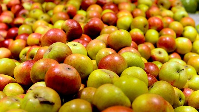Äpplen i en affär.