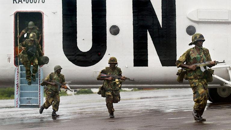 Fredsbevarande styrkor landar i närheten av Monrovia år 2003.