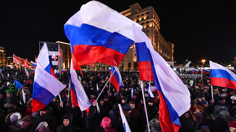 Människor med ryska flaggor