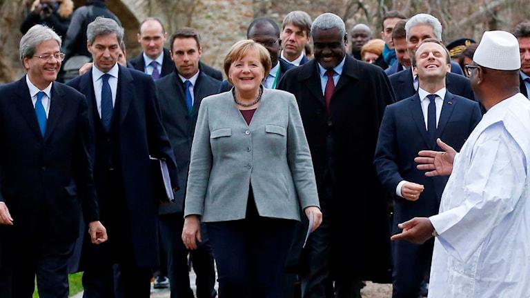 Frankrikes president Macron tar emot ledare från hela världen för att diskutera uppbyggnad av en afrikansk antiterrorstyrka.