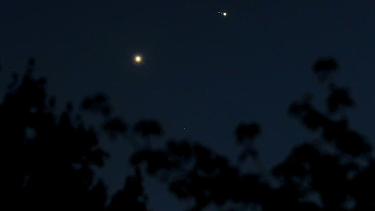 Venus och Jupiter möts på himlen.