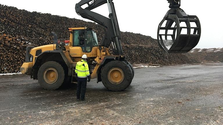 Transportarbetareförbundet är kritiskt mot försöket med förarlösa lastningsfordon på virkesterminaler.