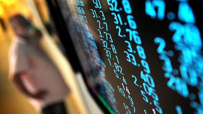 Blått bland kurserna på text-tv skärmar. Stockholmsbörsen vände uppåt efter att börserna öppnade i USA på fredagseftermiddagen. Foto: Fredrik Persson/Scanpix.