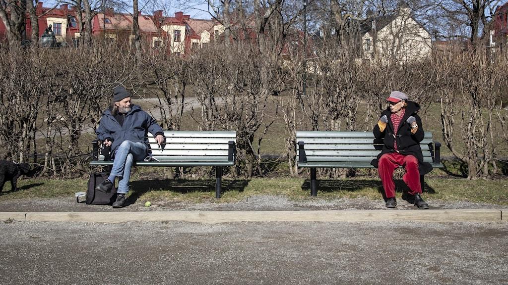 Social distansering par på bänk