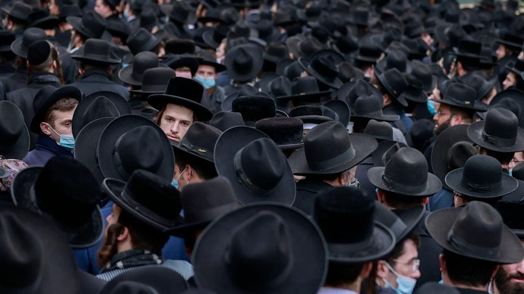 Trängsel vid begravning av en känd rabbin i Jerusalem.
