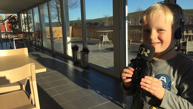 Femåriga Hannes i lunchrummet i Pello.