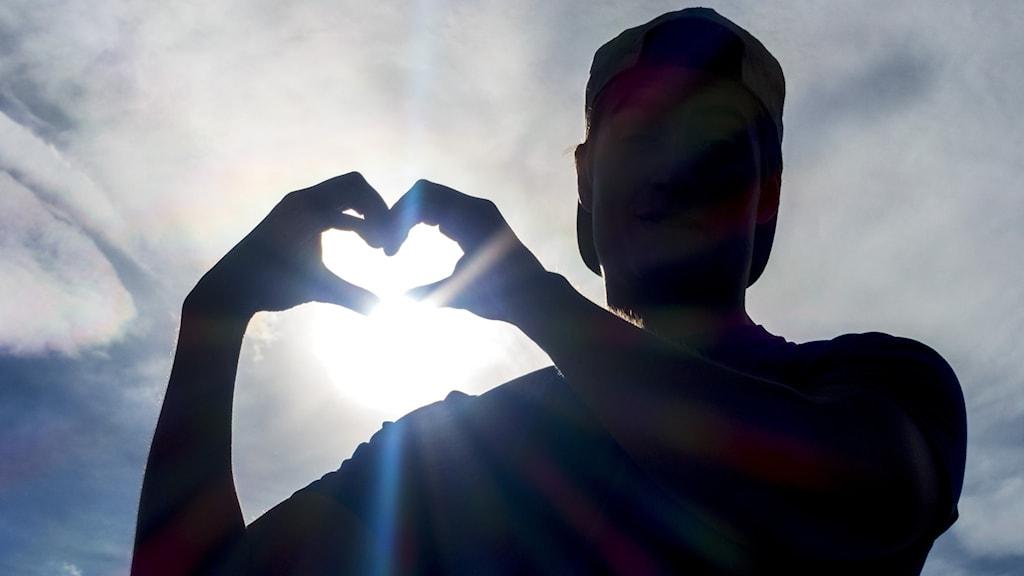 Man formar hjärta