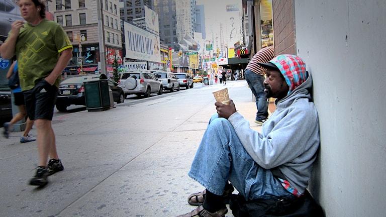 En man tigger på en gata i New York. Foto: Chris Hawley/Scanpix.