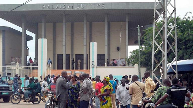 Arkivbild. Människor utanför domstolen i Lomé i Togo. Foto: Emile Kouton/Scanpix.