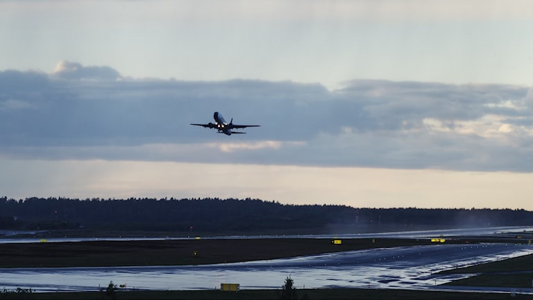 Flygplan som lyfter från en flygplats.
