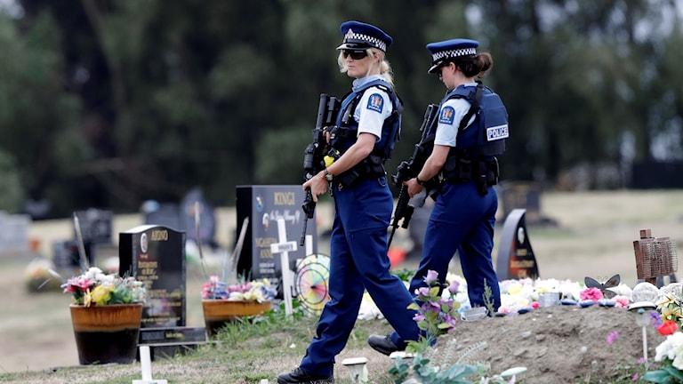 Beväpnade poliser patrullerar på en muslimsk begravningsplats efter attentatet tidigare i år.  Foto: Mark Baker/TT.