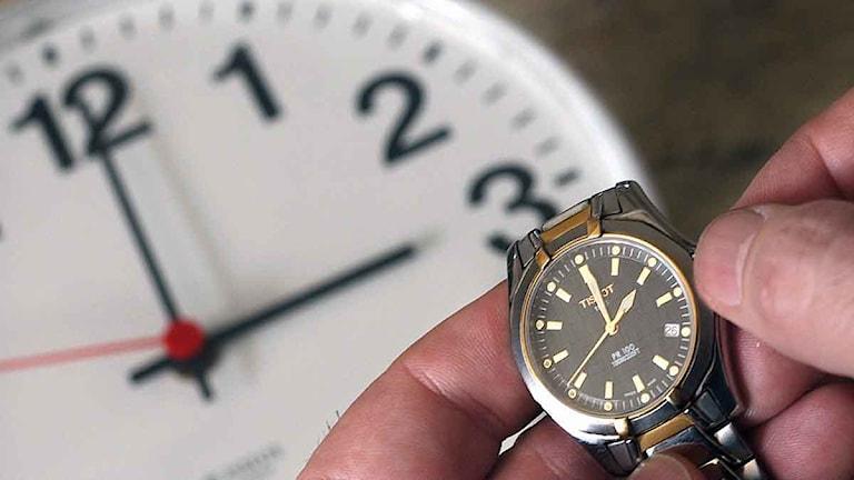 Anledningen till att vi ställer om klockorna är att dagsljuset under sommarhalvåret ska kunna utnyttjas bättre.