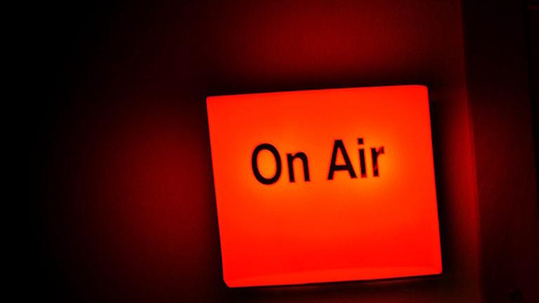 En sändningslampa visar att en radiostudio ligger i sändning. Foto: Malin Hoelstad/Scanpix.