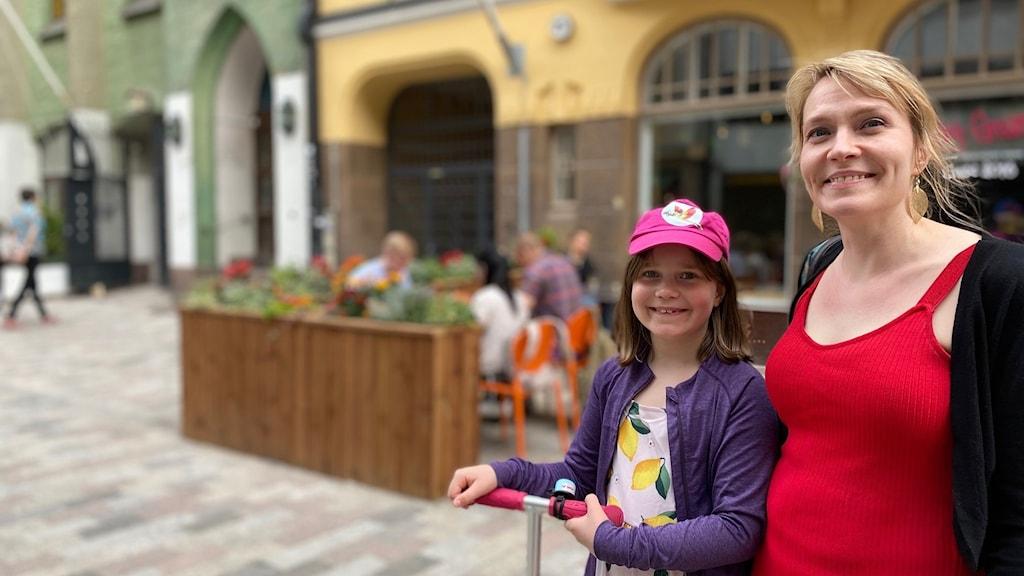 Laura Hirvonen i Helsingfors tycker det är bra att man nu utreder om även yngre barn kan få vaccin.
