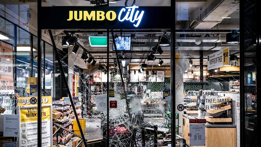 En sönderslagen jourbutik i Nederländerna.
