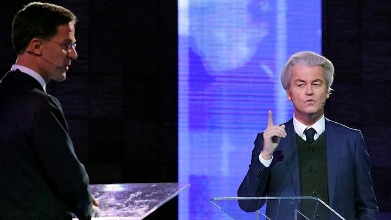 Två män på en scen.