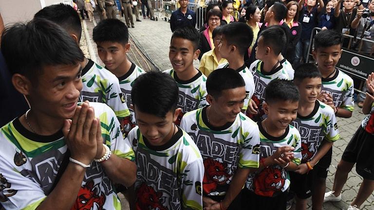 De tolv pojkarna och deras tränare Ekkapol Chantawong.