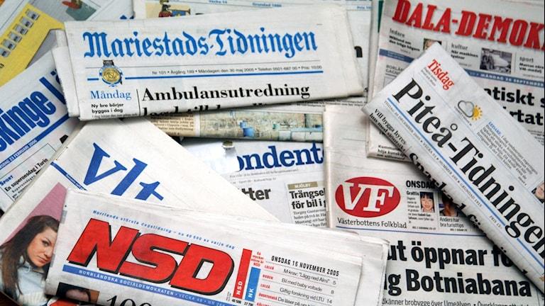 Hög med flera svenska lokaltidningar.