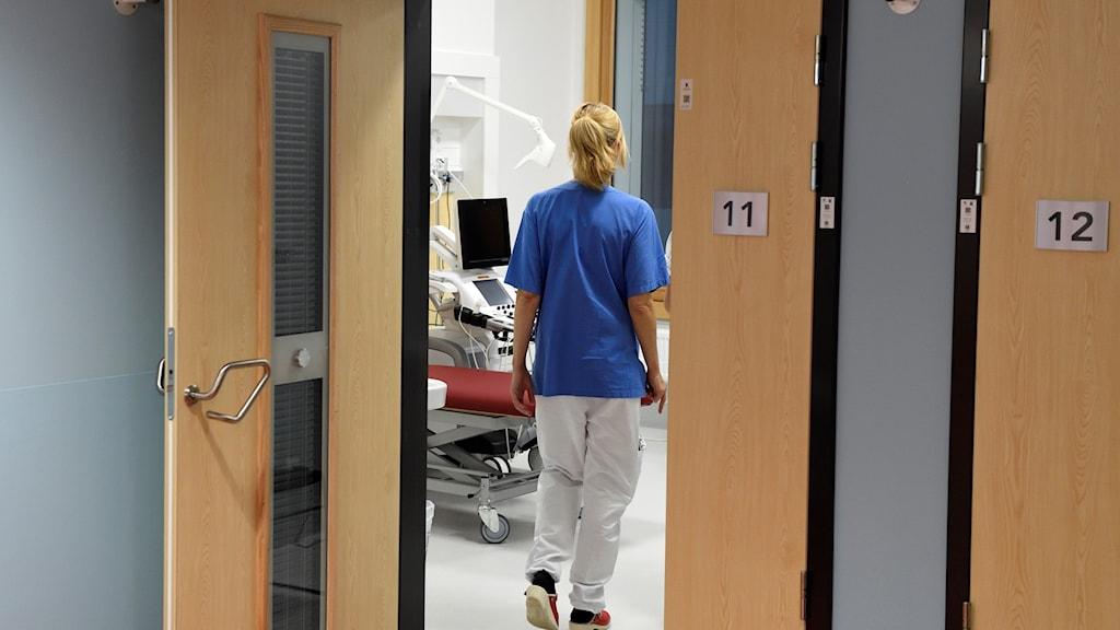 Sjukvårdspersonal i ett patientrum.