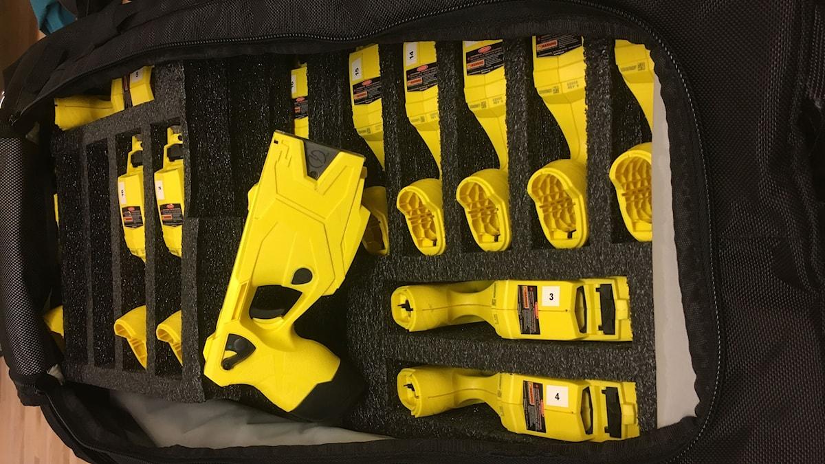Polisens nya vapen som är gult och liknar en pistol. Foto:  Henrika Åkerman/Sveriges Radio