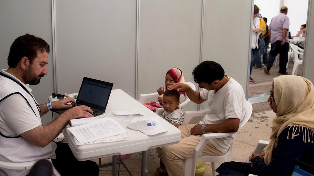 En afghansk familj söker asyl på ett flyktingläger i Aten.