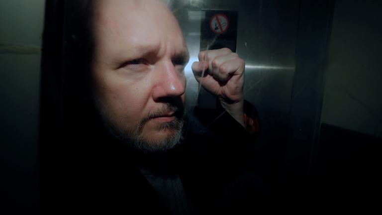Julian Assange lämnar domstol i London.
