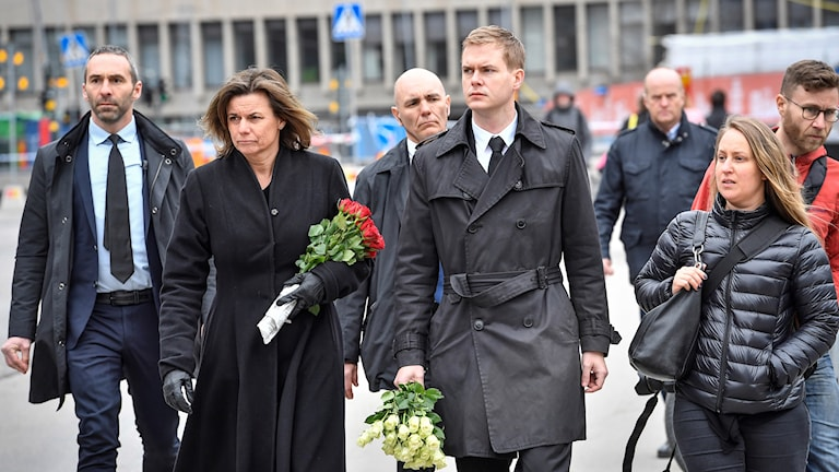 Miljöpartiets språkrör Isabella Lövin och Gustav Fridolin anländer till brottsplatsen för att lägga ned blommor.