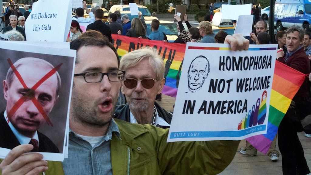 Amerikansk man håller en protestskylt mot Putin.