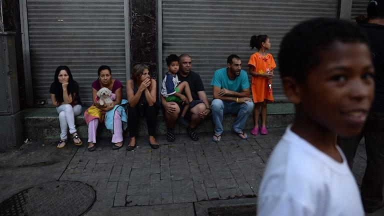Människor väntar på evakuering. Foto FEDERICO PARRA/TT.